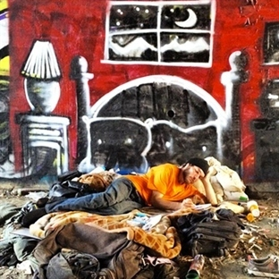 Evsizler için Yoksulluğu Vurgulayan Hayali Evler