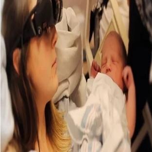 Görme Engelli Annenin Elektronik Gözlükle Görmesi