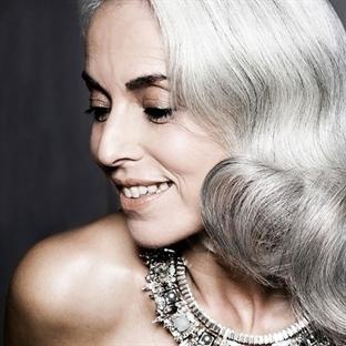 Yasmina Rossi: Bembeyaz Saçlı Bir Model