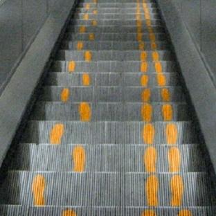 Yürüyen Merdivende Acelesi Olmak
