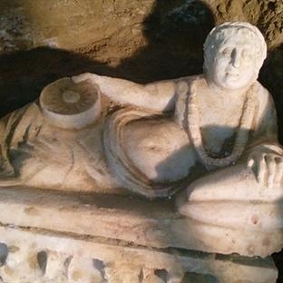 İtalya'da Bozulmamış Bir Etrüsk Mezarı Keşfedildi