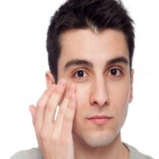 Erkekler için göz çevresi bakımı