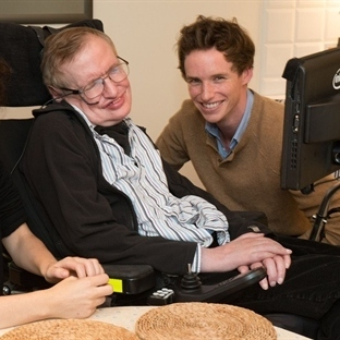 Stephen Hawking, Eddie Redmayne'ı Tebrik Etti