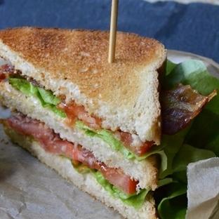 BLT Sandwich mit Ahorn-glasiertem Bacon