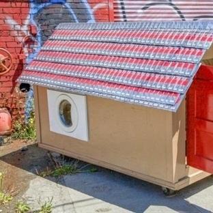 Çöpten Çıkardıklarıyla Evsizlere Ev Yapıyor