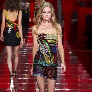 Işıldayan seksilik Versace koleksiyonunda