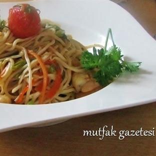 Tavuklu sebzeli Çin eriştesi-noodle tarifi
