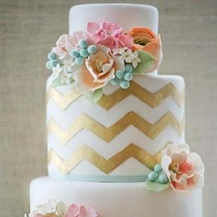 Düğün pastalarında metal ve altın etkisi