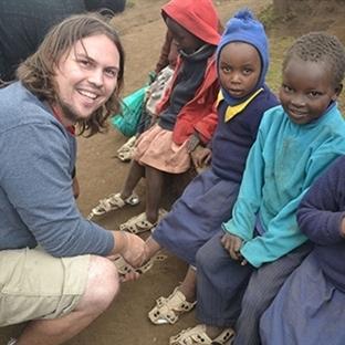 Fakir Çocuklar İçin Büyüyen Ayakkabı İcat Etti.