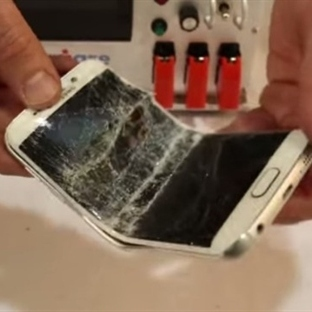 Galaxy S6 Edge ve iPhone 6 Plus'ı Öyle Bir Büküldü