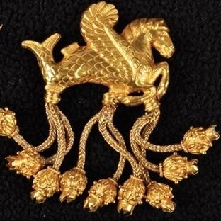 Kanatlı Denizatı Biçimli Altın Broş