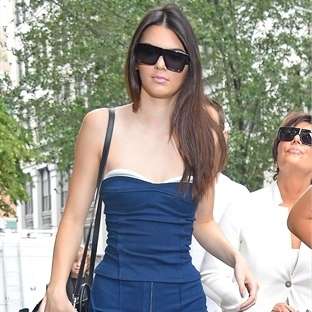 Kendall Jenner'dan seksi denim stilleri