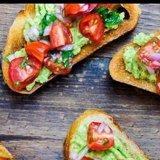 Avokado Soslu Sebzeli Kızarmış Ekmekler