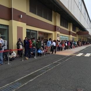 Japonya'da Açılan Starbucks'ın Önünde İzdiham