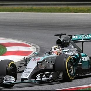 Avusturya'da İlk Çizgi Mercedes'in Polde Hamillton