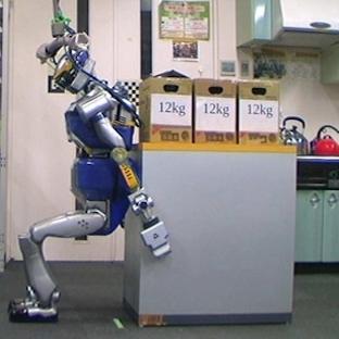 Nesnelerin yerini insan gibi değiştiren robot