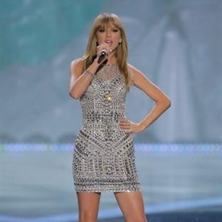 Yıldızlaşan Taylor Swift'in kadınsı gece elbiseler