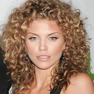 En Seksi Kıvırcık Saç Modelleri