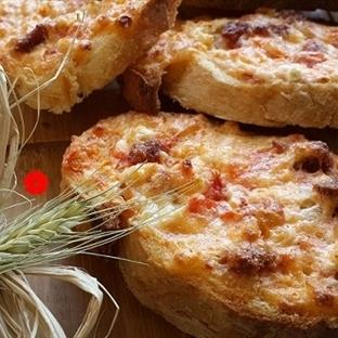 Fırında Yumurtalı Sucuklu Peynirli Ekmek Dilimleri