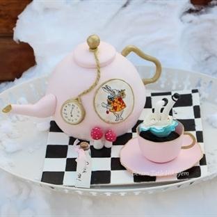 Alice Harikalar Diyarında Pastası