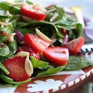 Çilekli Çiğ Ispanak Salatası Tarifi