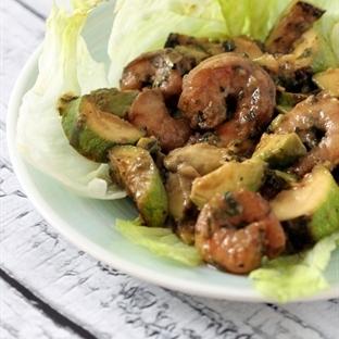 Avokado ve Kabakli Karides Salatasi