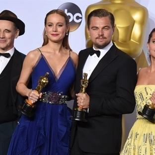 Oscar'ı Kucaklayan Leonardo DiCaprio ve Tümü