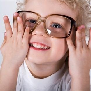 Çocuğunuz Eline Aldığı Cisimleri Gözüne Çok Yaklaş