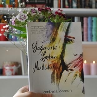 Yağmurla Gelen Mutluluk - Amber L. Johnson | Kitap