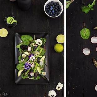 Frühlingssalat mit grünem Spargel und Blüten