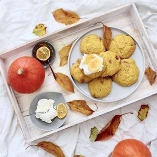 Kürbis-Scones mit Macadamias & weißer Schokolade