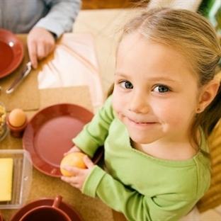yetişkinler çocuklara göre üç kat fazla yemek yer