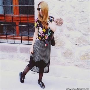 Metalik Pileli Etek ve Çiçekli Bluz