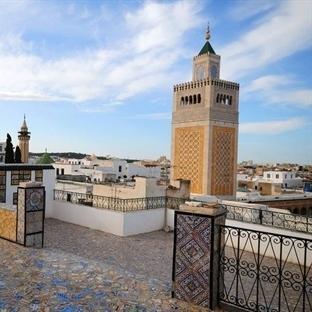 Mavi ve Beyaz Bitmeyen Bir Yaz Tunus