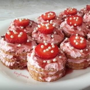 Çilekli Mini Yulaflı Bisküvi Pastası