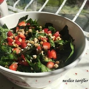 Çilekli-Kuru Dutlu Ispanak Salatası