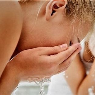 Yüzü her gün suyla yıkamak yeterli değil