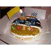 Araba Yarışı Dizaynlı Doğumgünü Pastası