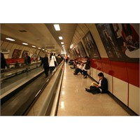 Öğrenciler Metroda Kitap Okudu