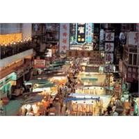 Hong Kong'un En Ünlü Sokak Pazarlarından Temple St