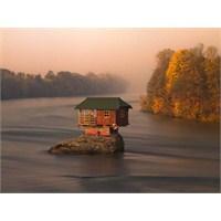 Drina Nehri Ortasında İlginç Ev