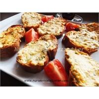 Kahvaltılık Peynirli Bayat Ekmek Dilimleri