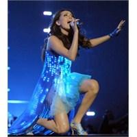 Ünlülerin Giydiği Led Işıklı Elbiseler