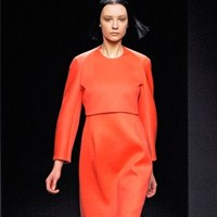 Sade Çizgisi Ve Düz Renkleriyle Calvin Klein