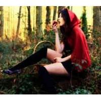 File Çoraplı Kırmızı Başlıklı Kız