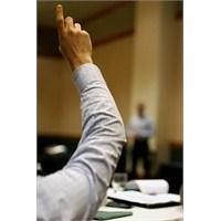 Parmak Kaldırmadan Konuşmak Yasaktı