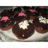 Çikolata Soslu Pudingli Kek Ve Ekmekte İnsan Kılı