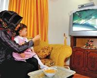 Bebeğe Televizyon Karşısında Zorla Yemek Yedirmek,