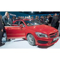 Mercedes'in İlk Önden Çekişli Sedan'ı Tanıtıldı