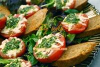Sarımsaklı Ekmekli Domates Salatası